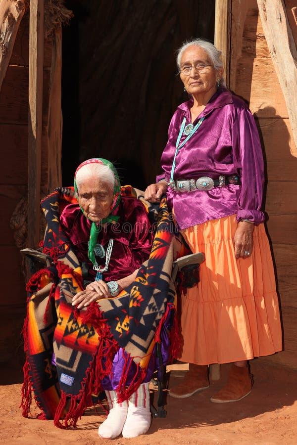Vieux femme de Navajo et son descendant photos libres de droits