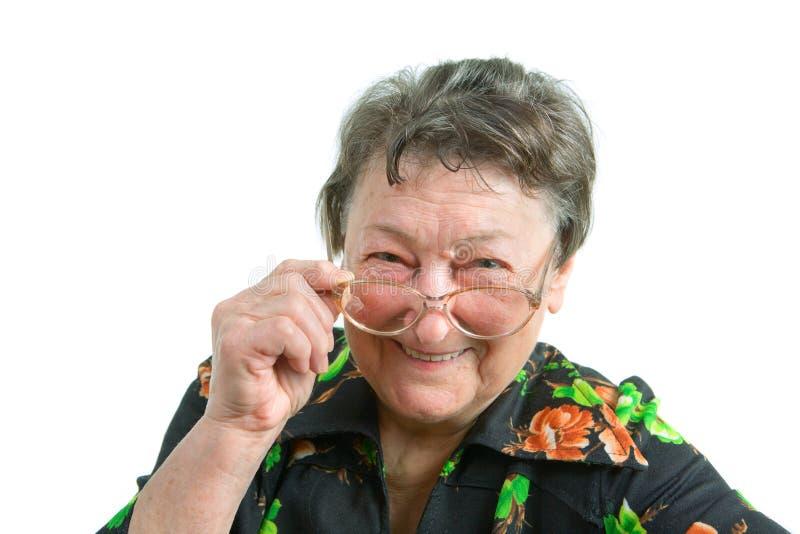 vieux femme s'usant de sourire en verre photo stock