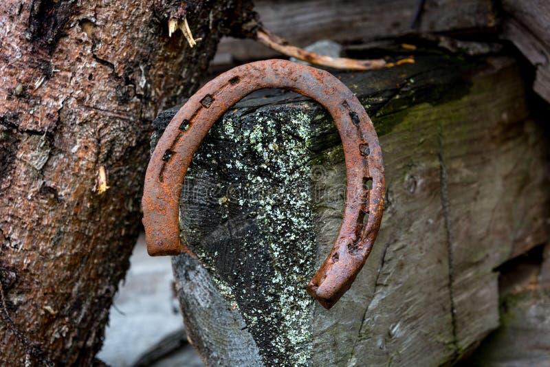 Vieux fer à cheval rouillé photographie stock
