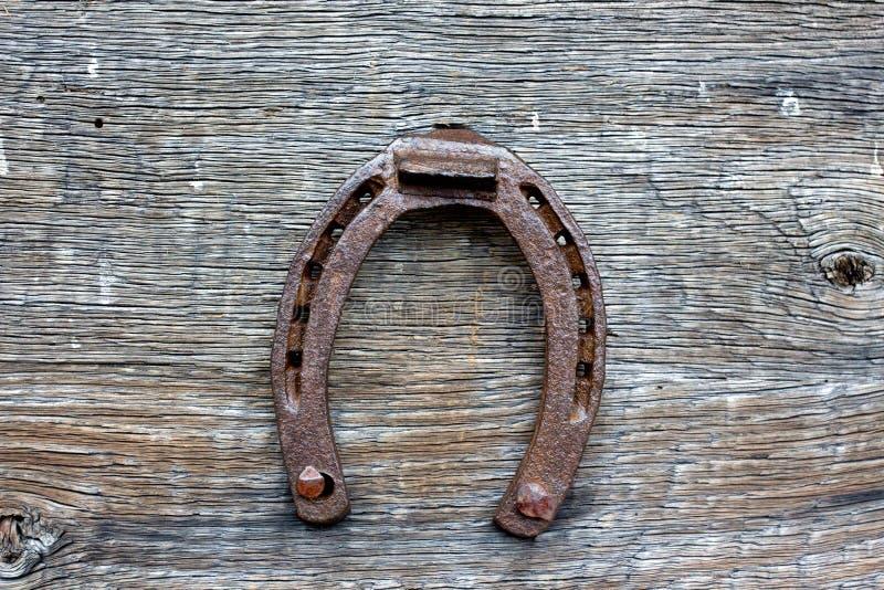 Vieux fer à cheval sur un fond en bois photo stock