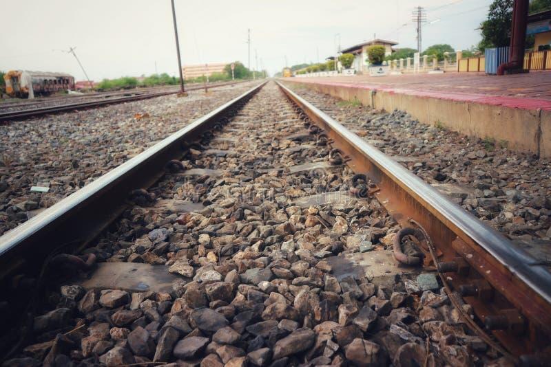 Vieux fer avec la rouille, pierres, voies de chemin de fer, voyage, voyage, fonds d'image images stock