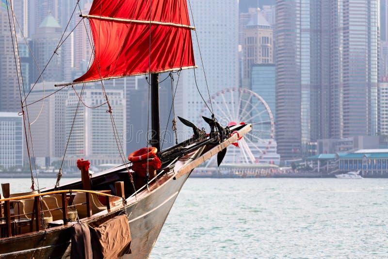 Vieux ferry-boat de touristes en bois d'ordure en Victoria Harbor et vue c?l?bre d'?le de Hong Kong avec la roue d'observation images libres de droits