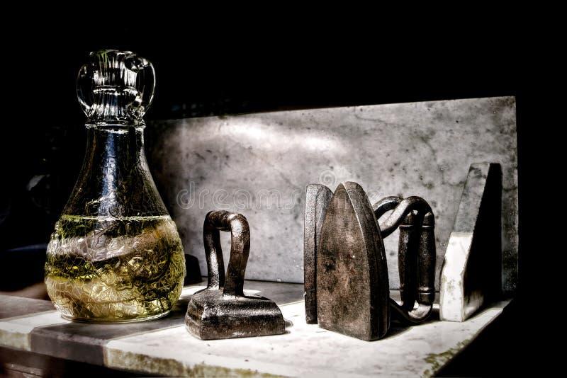 Vieux fers et vase d 39 habillement dans la fen tre de for Habillement de fenetre