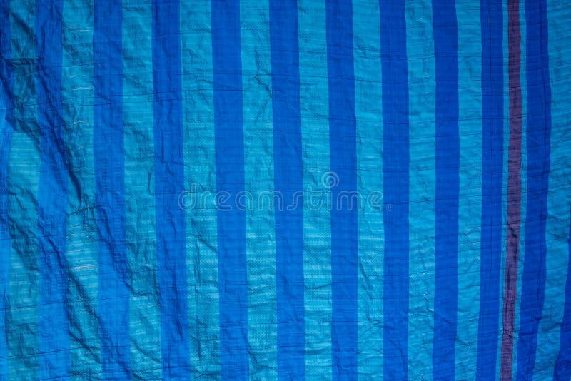 vieux filet bleu d'ombrage avec la lumière du soleil dans la texture extérieure du marché photos stock