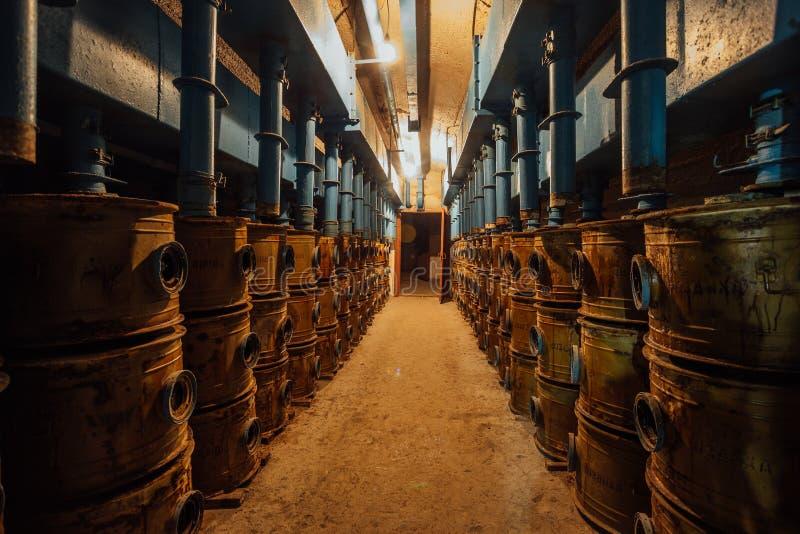 Vieux filtration d'air et système de ventilation rouillés dans la soute ou l'abri antiaérien soviétique abandonnée images libres de droits