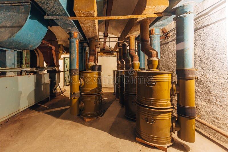 Vieux filtration d'air et système de ventilation rouillés dans la soute ou l'abri antiaérien soviétique abandonnée photos stock