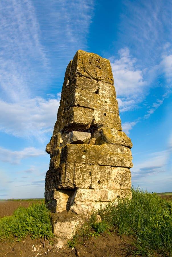 Vieux fléau en pierre en steppe photographie stock