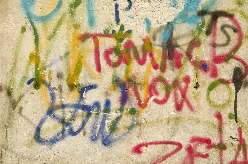 Vieux fond de mur de construction de peintures colorées photos libres de droits