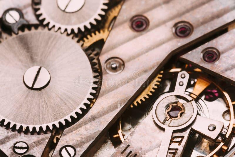 Vieux fond de rouages Mécanisme de montre d'horloge avec Gray And Golden Gears photographie stock libre de droits