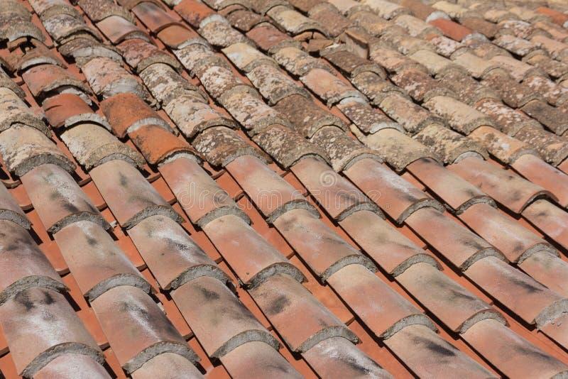 Vieux fond de tuiles de toit de style m?diterran?en Ele architectural photographie stock