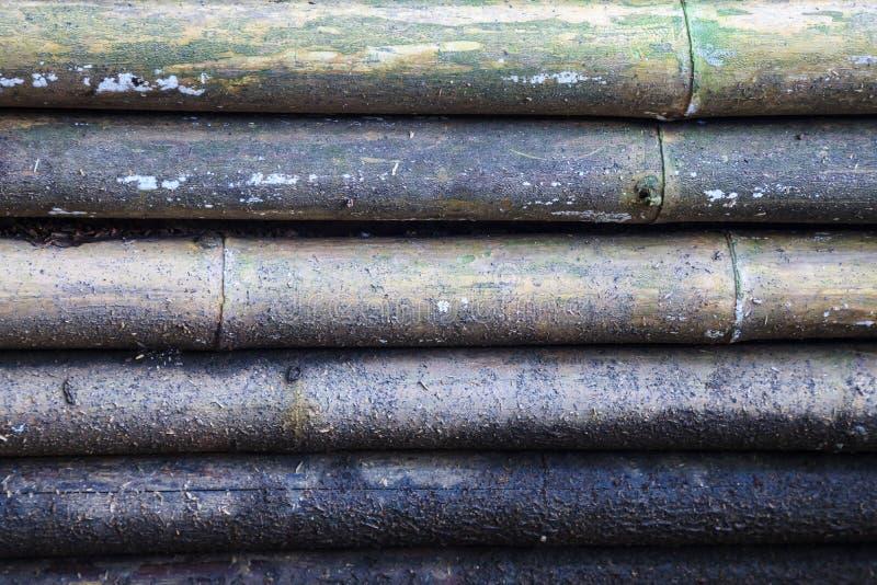 Vieux fond en bois en bambou jaune naturel texturisé approximatif sale âgé de panneau de mur de barrière décoration architectural photographie stock libre de droits