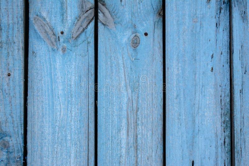 Vieux fond en bois bleu fané de parquet avec des fissures images stock