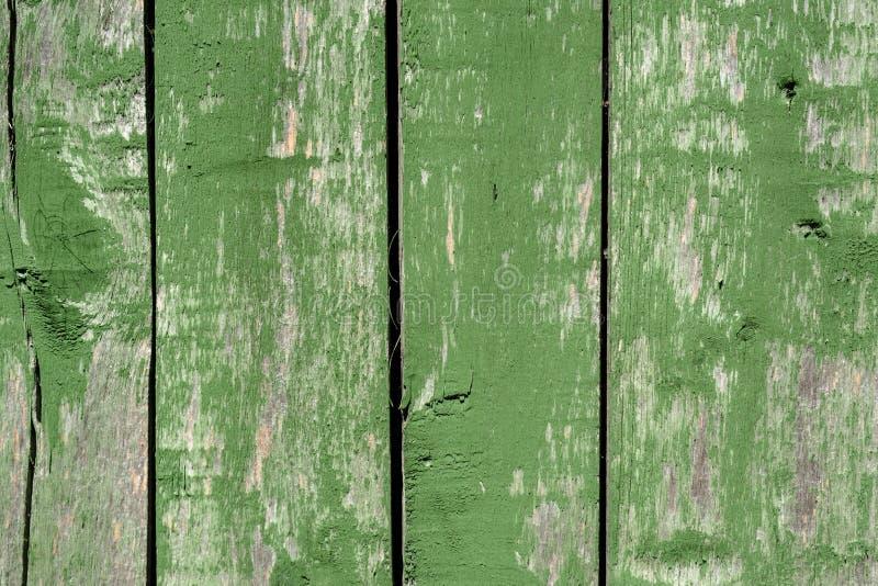 Vieux fond en bois vert fané de parquet avec des failles et des fentes images stock