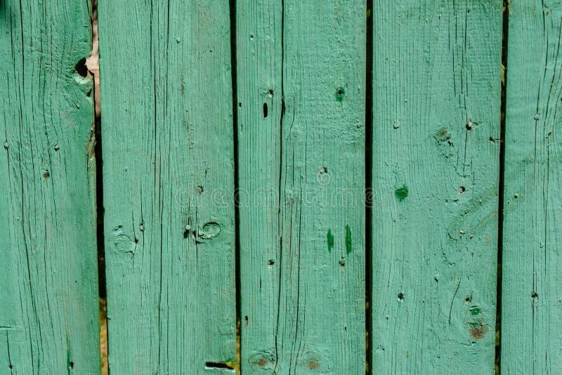 Vieux fond fané en bois vert de parquet avec des fissures image libre de droits