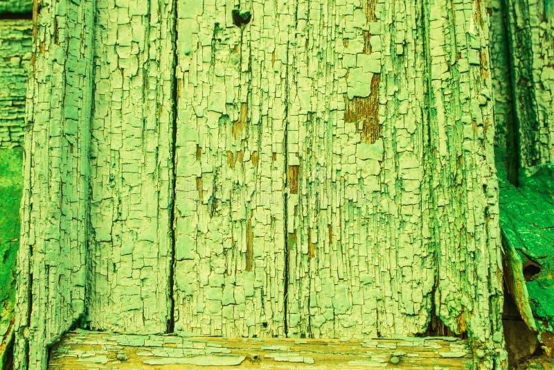 Vieux fond grunge abstrait avec la barrière en bois avec des traces de fente, éraflures, dommages, fractures, épluchant le vert photos stock