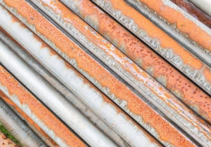 Vieux fond sale et rouillé de pile de tuyaux photographie stock