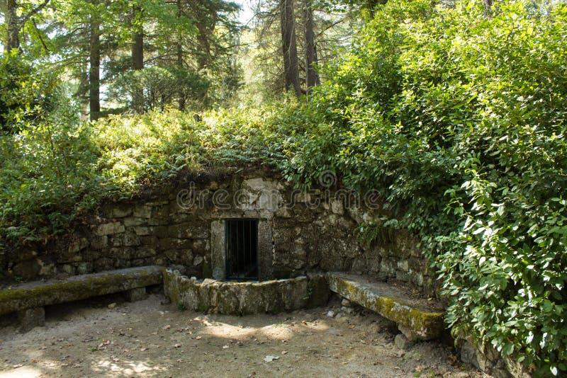 Vieux fontain en pierre au parc naturel de Pedras Salgadas et station thermale traditionnelle dans le nord du Portugal photos stock