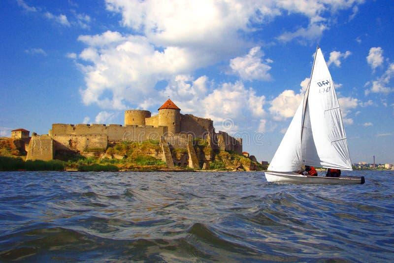 Vieux forteresse et bateau à voiles. photo stock