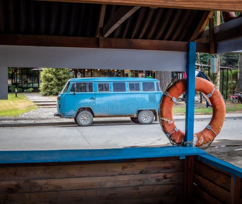 Vieux fourgon bleu classique près de carlingue de maître nageur image libre de droits