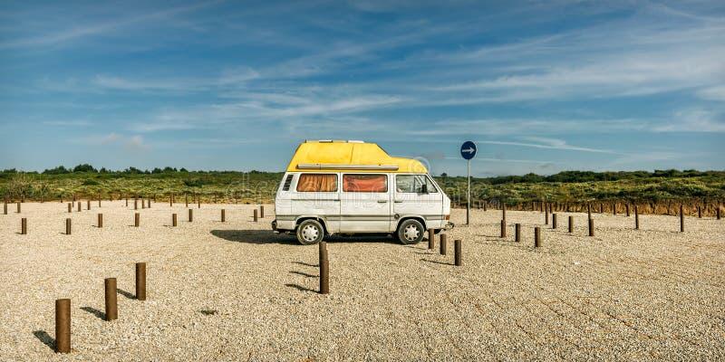Vieux fourgon de plage à un parking de plage images libres de droits