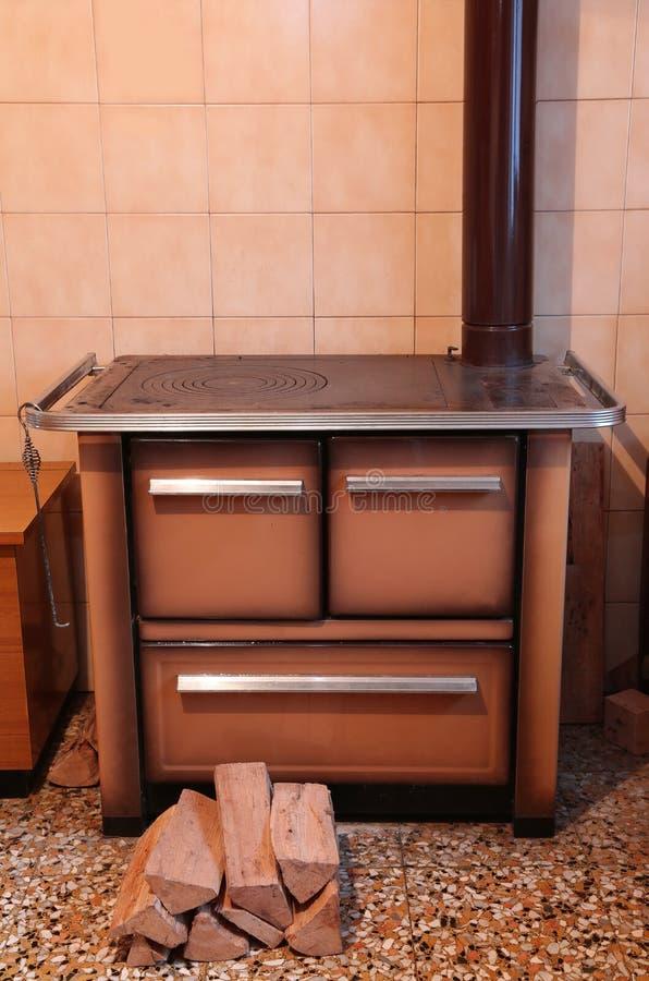 Vieux fourneau à bois à l'intérieur de la cuisine de la maison photos stock