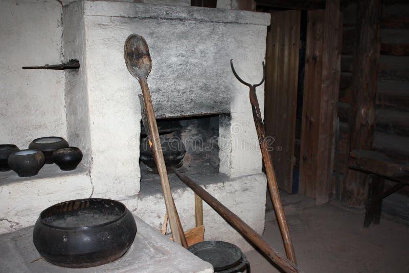 Vieux fourneau dans le musée letton images stock