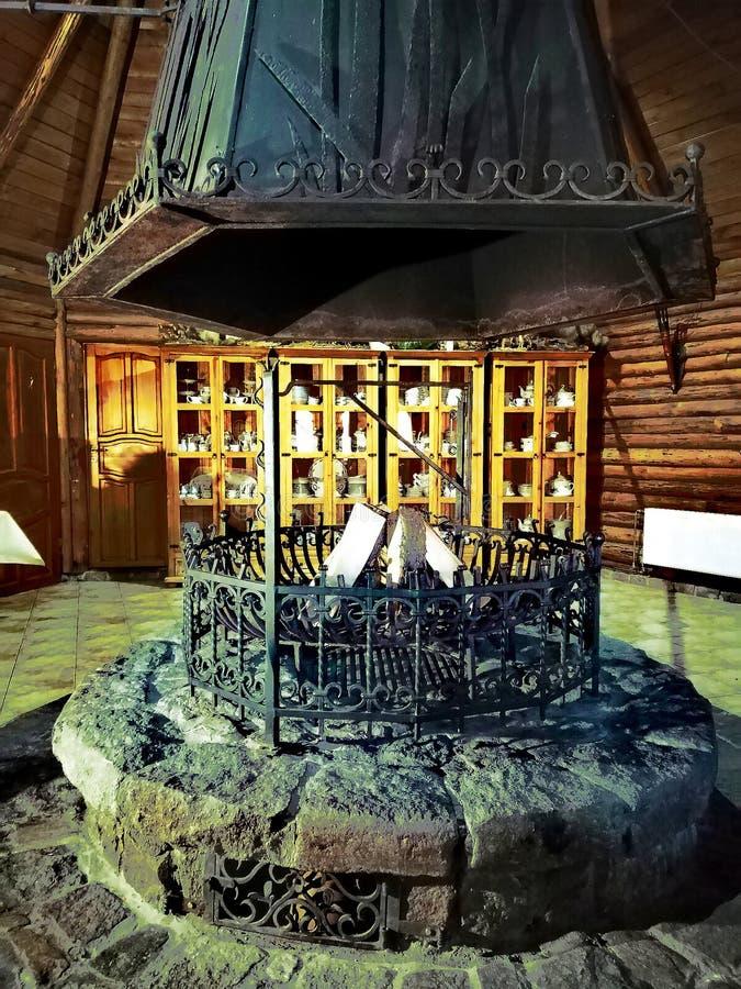 Vieux foyer dans une maison en bois images stock