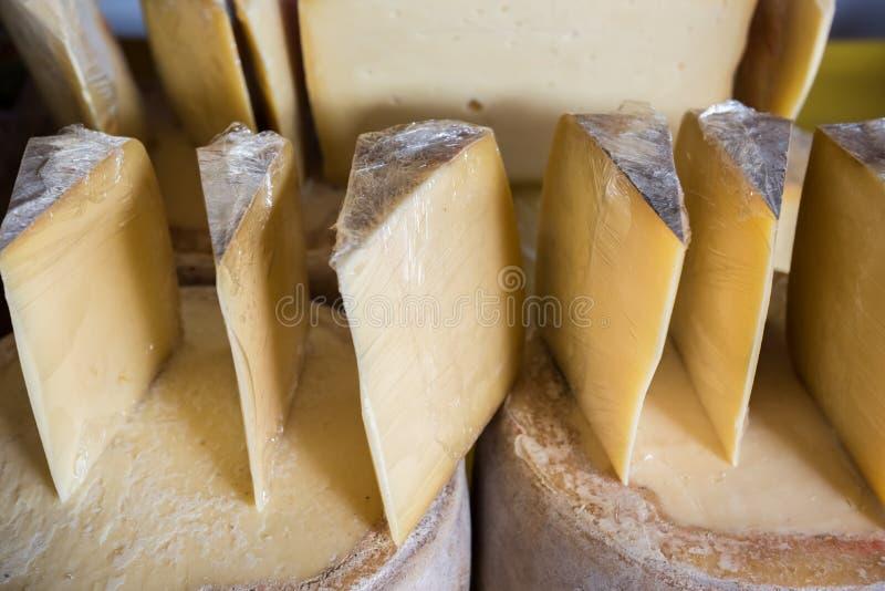 Vieux fromage de cheddar turc coupé en tranches traditionnel de Kars images stock