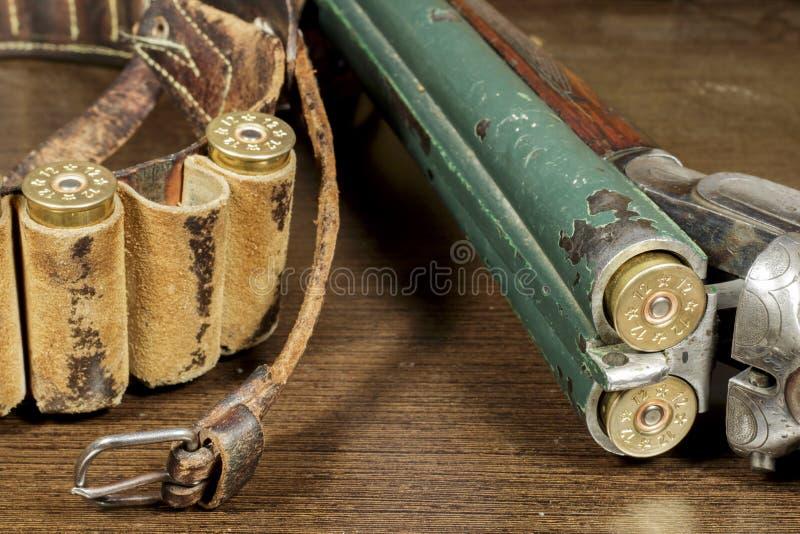 Vieux fusil de chasse à deux coups ouvert, près d'une boîte de cartouche images stock