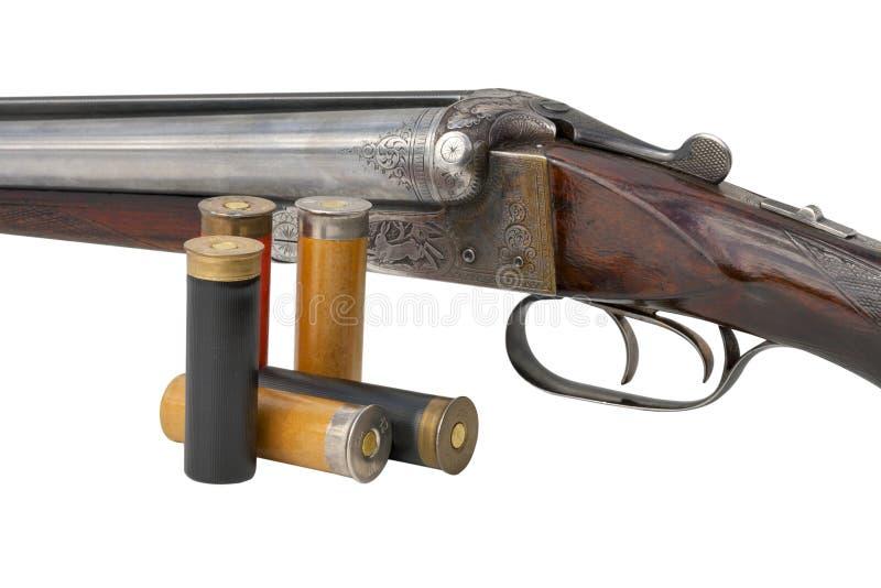 Vieux fusil de chasse de deux déclencheurs d'isolement avec des cartouches photos stock