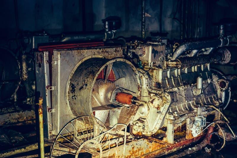 Vieux générateur diesel rouillé de filtration d'air et de système de ventilation en soute soviétique abandonnée images stock