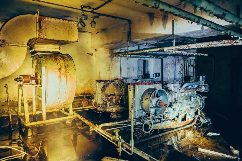 Vieux générateur diesel rouillé de filtration d'air et de système de ventilation en soute soviétique abandonnée image stock