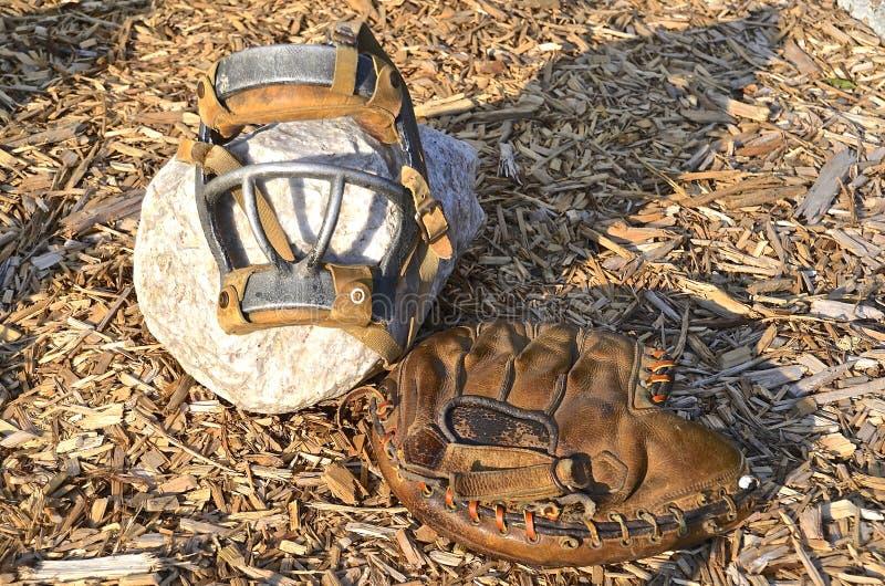 Vieux gant de receveurs et masque protecteur photographie stock