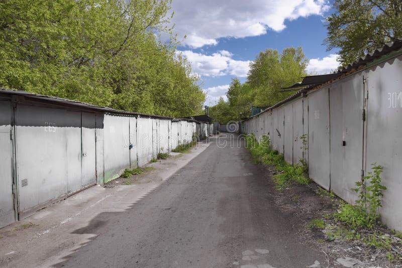 Vieux garages en métal dans la ville, Russie images stock