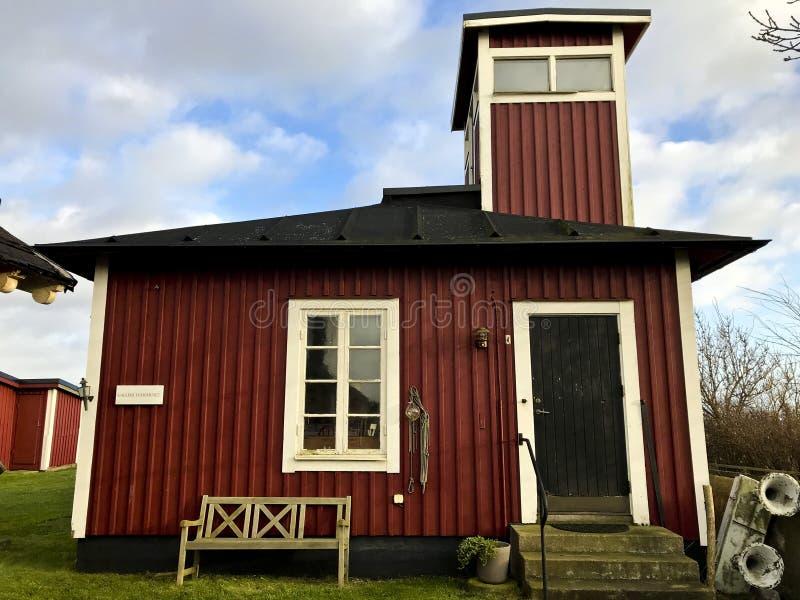 Vieux gardien rouge de phare de Chambre en bois de Smygehuk photo stock
