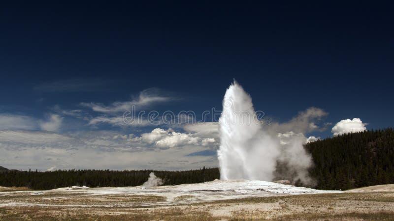 Vieux geyser fidèle. Stationnement national de Yellowstone photos stock