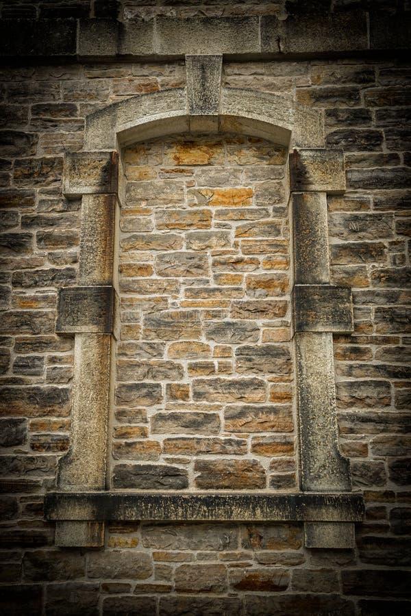 Vieux, gothique style lapidé vers le haut du châssis de fenêtre photographie stock libre de droits