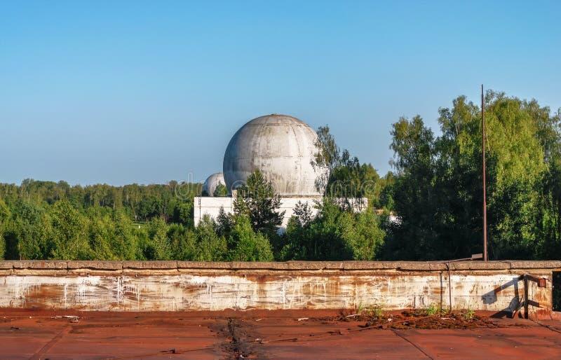 Vieux grand dôme d'une antenne de radar d'une base militaire russe photo libre de droits