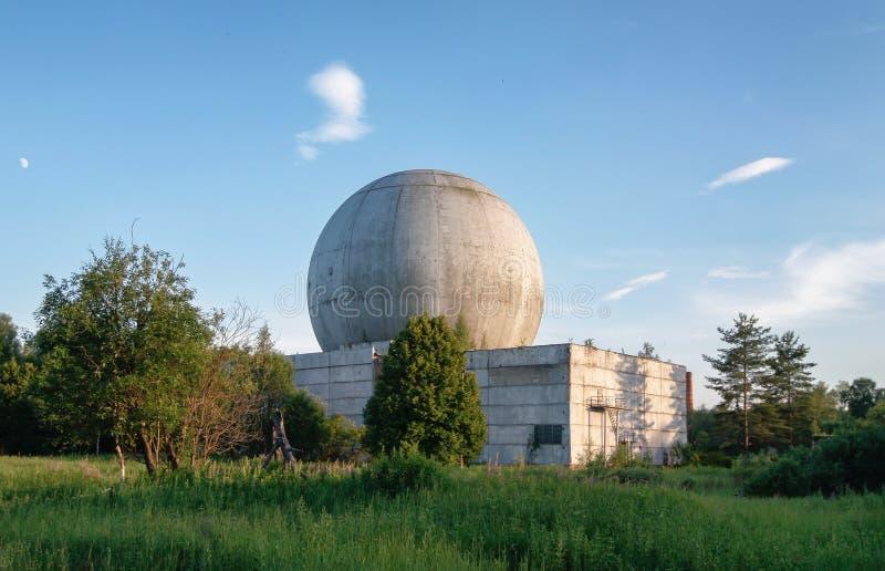 Vieux grand dôme d'une antenne de radar sur le toit du bâtiment d'une base militaire russe photo stock