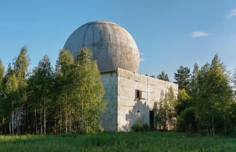 Vieux grand dôme d'une antenne de radar sur le toit du bâtiment d'une base militaire russe photos libres de droits