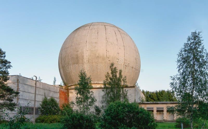 Vieux grand dôme d'une antenne de radar sur le toit du bâtiment d'une base militaire russe photographie stock