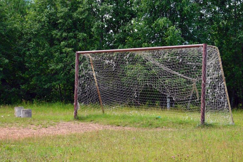 Vieux grand but du football avec la grille photos libres de droits