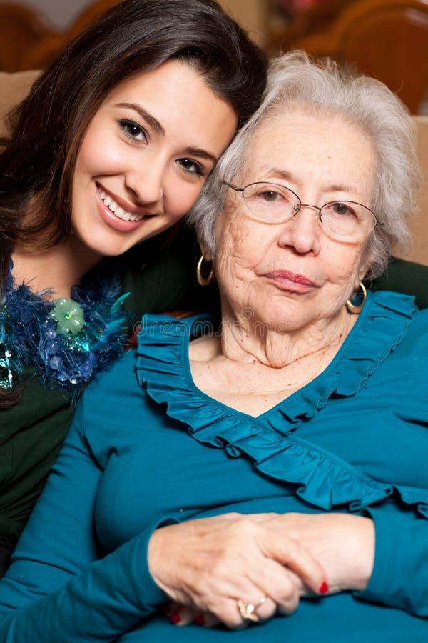 Vieux grand-mère aîné et petite-fille de l'adolescence photos libres de droits