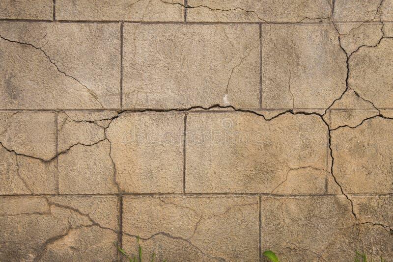 Vieux grand mur en pierre affligé de bloc avec des fissures photographie stock libre de droits