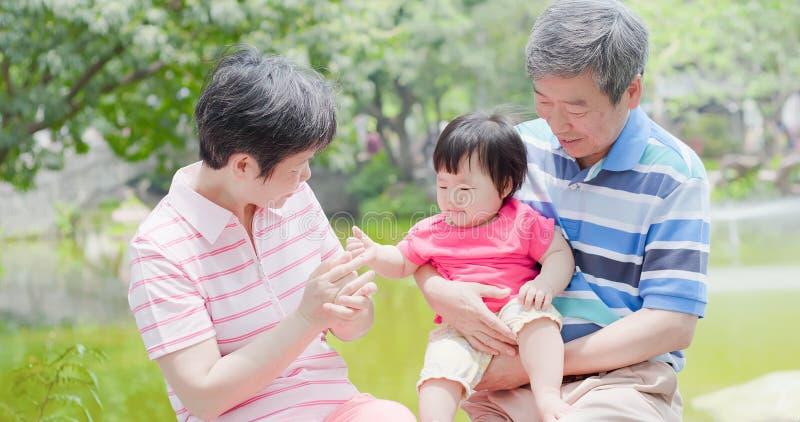 Vieux grands-parents et petite-fille photographie stock