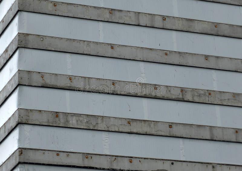 Vieux gratte-ciel en béton couvert dans les bâches en plastique images stock