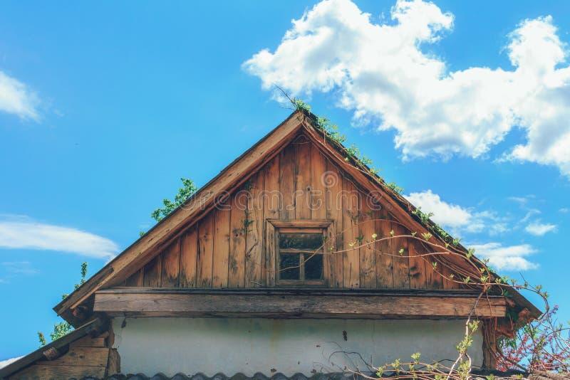 Vieux grenier sur le fond du ciel bleu image stock