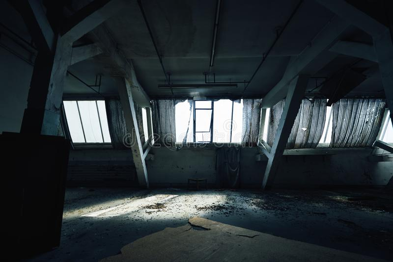 Vieux hall perdu de bâtiment d'usine d'abandonend photos libres de droits