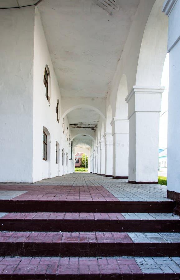 Vieux hall-porche blanc sur la rue photos stock