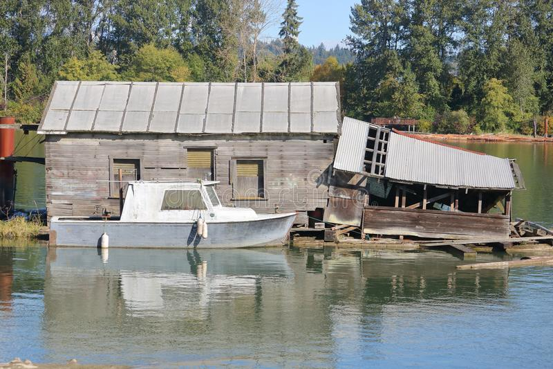 Vieux hangar à bateaux dans le délabrement images stock